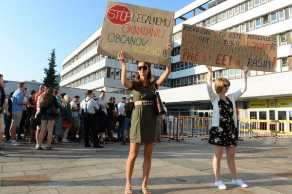Košičania pískali, kričali, aktivisti žiadali, aby Raši odstúpil. EEI ostáva